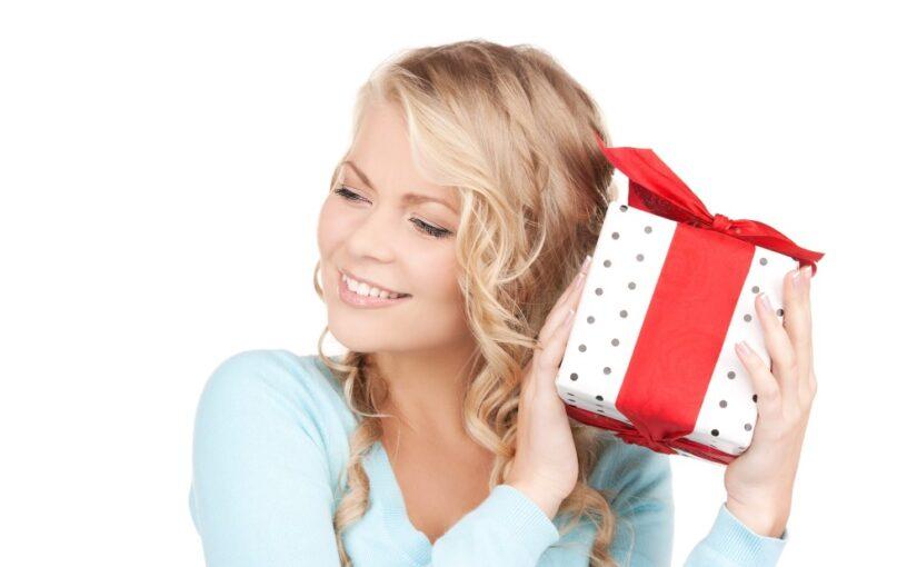 Ung kvinde med gave